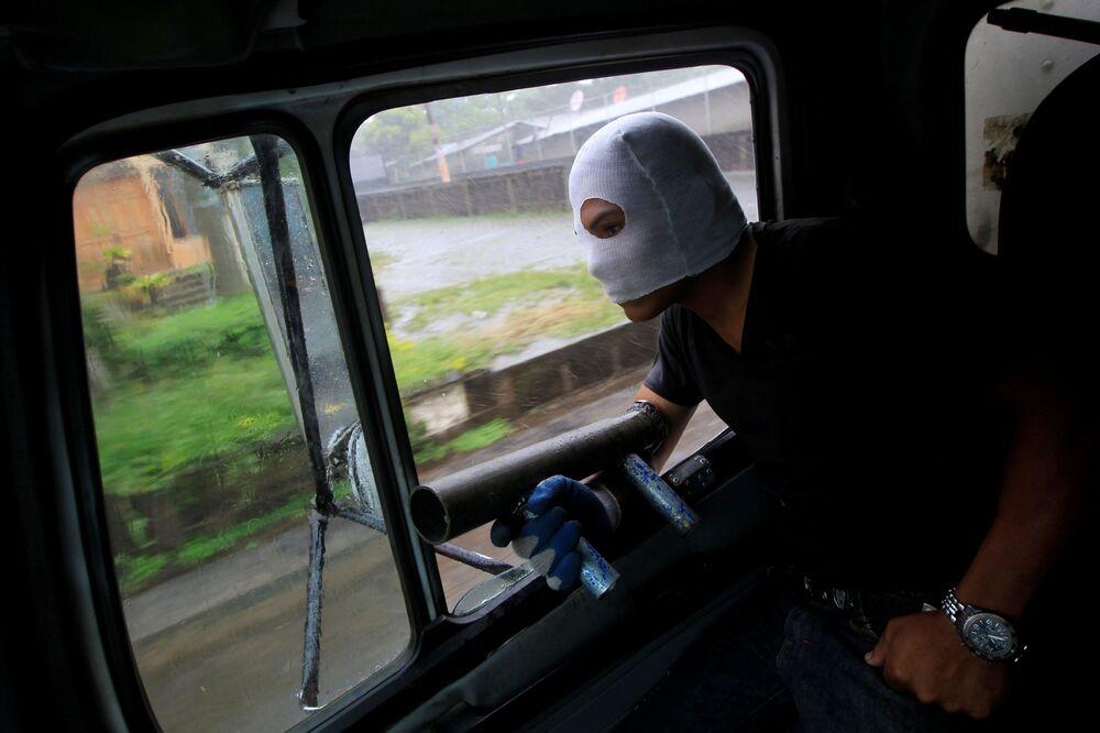 Manifestante com morteiro caseiro durante um protesto antigovernamental na Nicarágua.