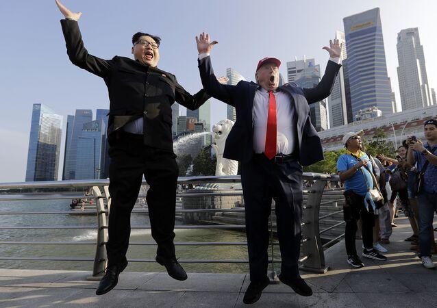 Sósias do presidente norte-americano, Donald Trump, e líder norte-coreano, Kim Jong-un, em Singapura