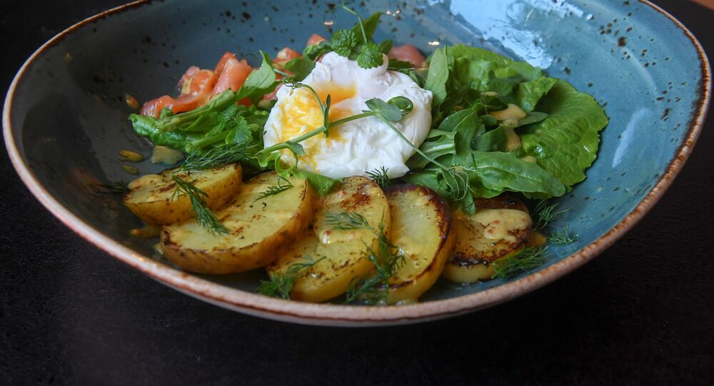 Salada de salmão, ovos escalfados e batatas da Hamburgueria Byuro em São Petersburgo