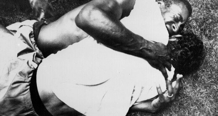 Pelé (em cima) chora ao abraçar o meia Gerson depois de o Brasil derrotar a Itália por 4 a 1 na final da Copa do Mundo, em 21 de junho de 1970, na Cidade do México.