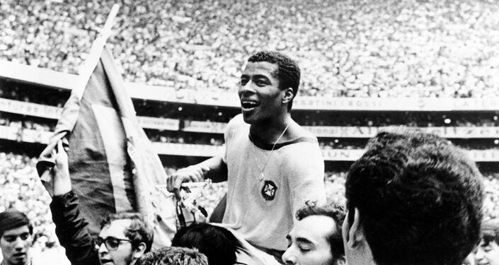 Jairzinho é carregado pelos torcedores depois do Brasil derrotar a Itália por 4 a 1 na final da Copa do Mundo, em 21 de junho de 1970, na Cidade do México.