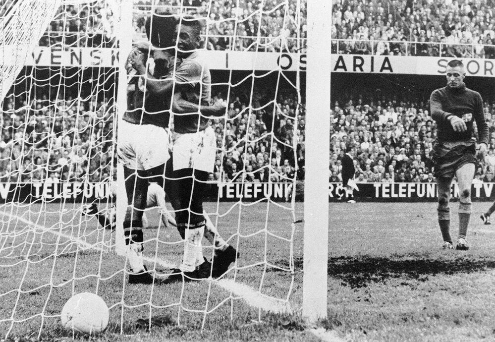 O atacante brasileiro Pelé parabeniza seu companheiro de equipe Vavá pelo gol marcado em 29 de junho de 1958 em Estocolmo, durante a final da Copa do Mundo entre Brasil e Suécia. Vavá e Pelé marcaram dois gols cada e o Brasil venceu seu primeiro título por 5-2.