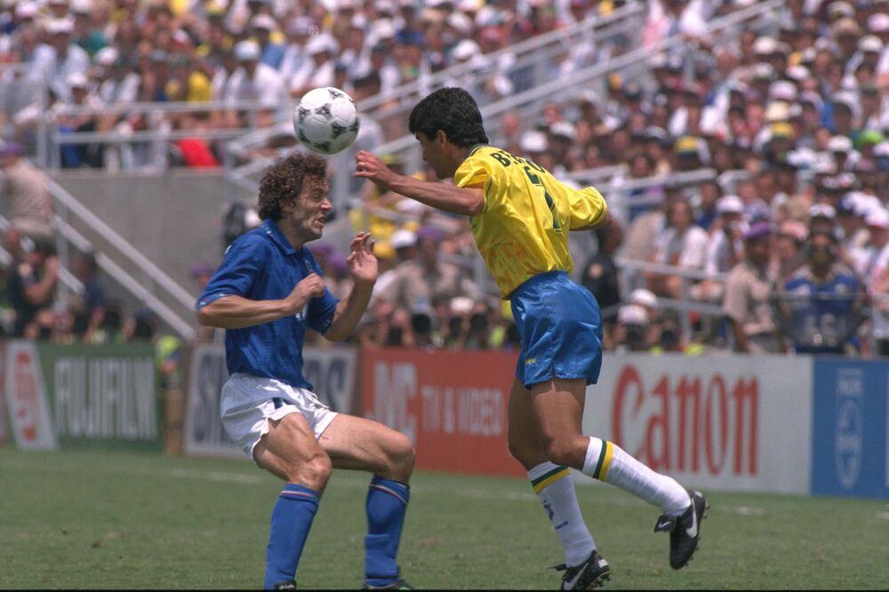 O brasileiro Bebeto enfrenta o italiano Roberto Donadoni durante a final da Copa do Mundo em 17 de julho de 1994, no Rose Bowl, em Pasadena, Califórnia.
