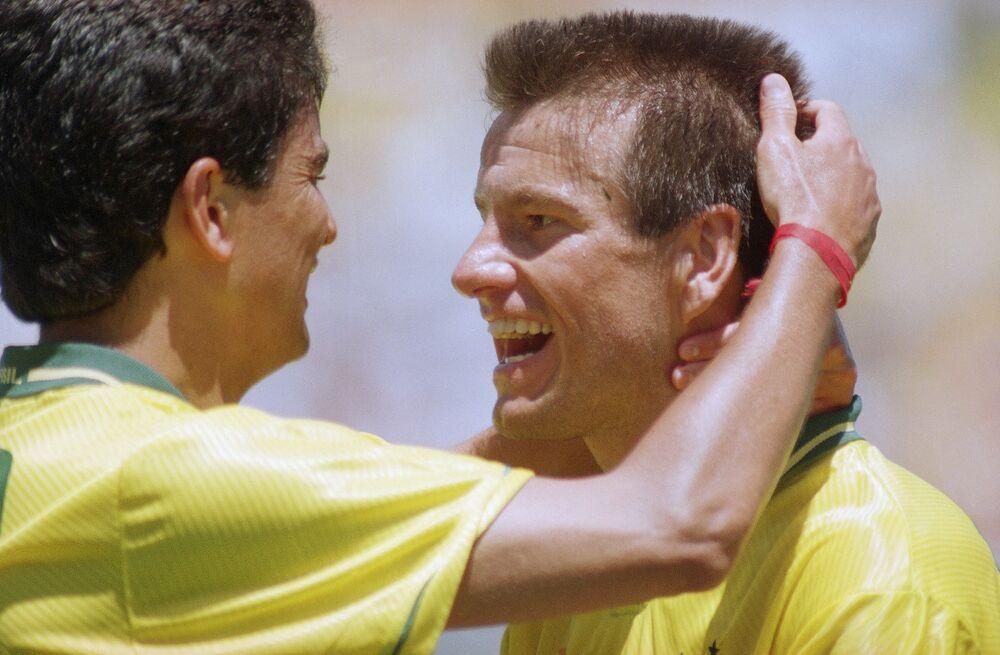 O artilheiro da seleção brasileira Bebeto, à esquerda, e o capitão da equipe Dunga comemoram a vitória por 1 x 0 sobre os Estados Unidos em 4 de julho de 1994.