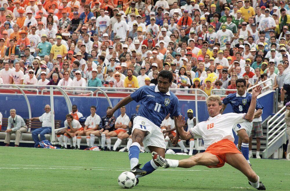 O zagueiro holandês Stan Valckx, à direita, luta pelo controle da bola com o atacante brasileiro Romário durante a partida de quartas da Copa de 1994, em Dallas. Romário marcou o primeiro gol do jogo no Brasil.