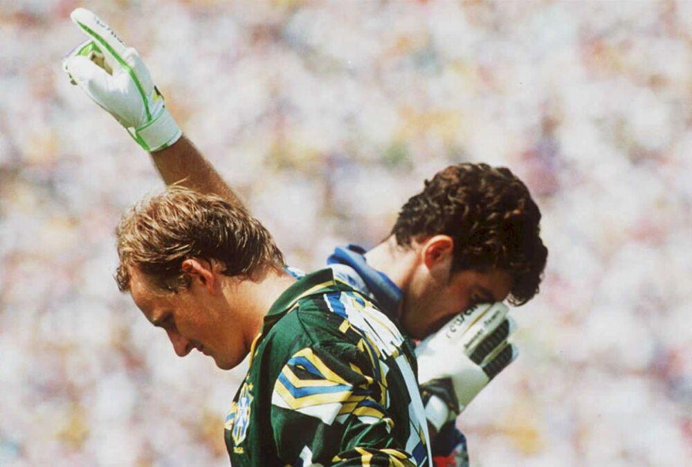 O goleiro brasileiro Taffarel vence a disputa com goleiro italiano Gianluca Pagliuca, depois de o Brasil conquistar sua quarta Copa do Mundo em 17 de julho de 1994, em Pasadena, Califórnia. O Brasil derrotou a Itália por 3 a 2 na disputa de pênaltis.