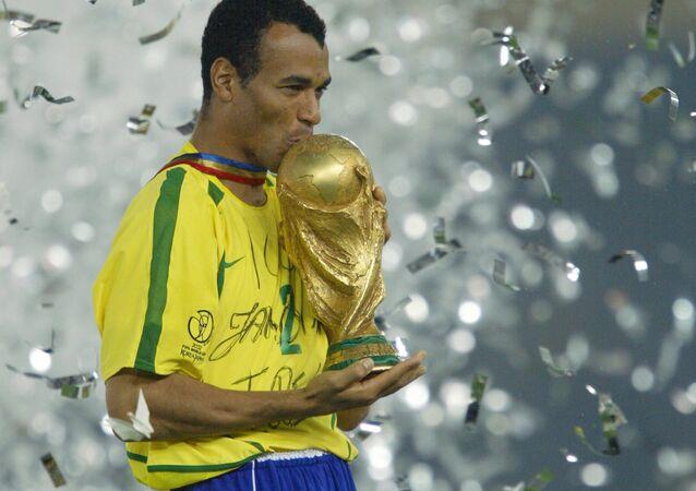 O capitão e defensor do Brasil, Cafu, beija o troféu da Copa do Mundo, comemorando a vitória do Brasil sobre a Alemanha por 2 a 0.