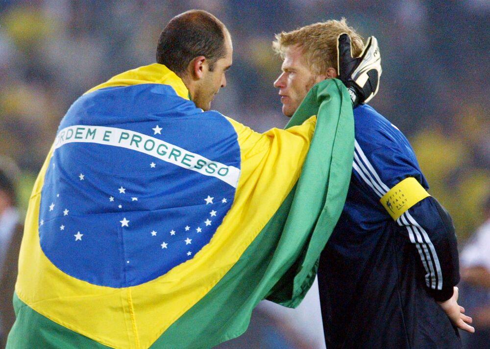 O goleiro brasileiro Marcos conversa com o capitão e goleiro da seleção alemã, Oliver Kahn, depois da derrota da Alemanha por 2 a 0.