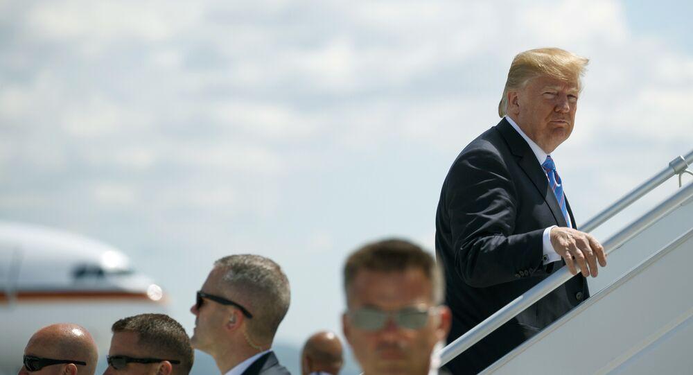O presidente Donald Trump sobe a bordo do Força Aérea 1 em direção à Cingapura, onde encontrará o líder norte-coreano Kim Jong-un.