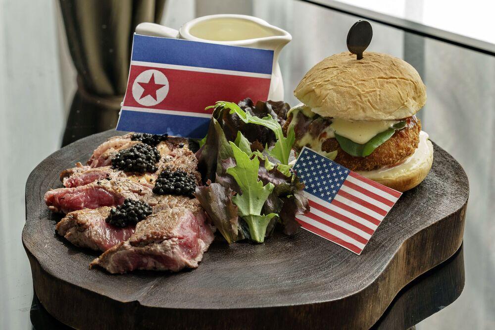 Prato R.W.B (vermelho, branco e azul) em um dos restaurantes singapurianos, dedicado à histórica cúpula entre Donald Trump e Kim Jong-un