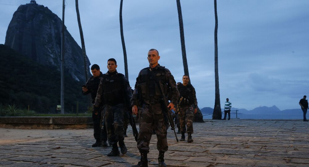 Policiais militares e tropas do Exército atuam na busca a suspeitos na Praia Vermelha, na Urca, após tiroteio com traficantes do morro da Babilônia paralisar o bondinho do Pão de Açúcar.