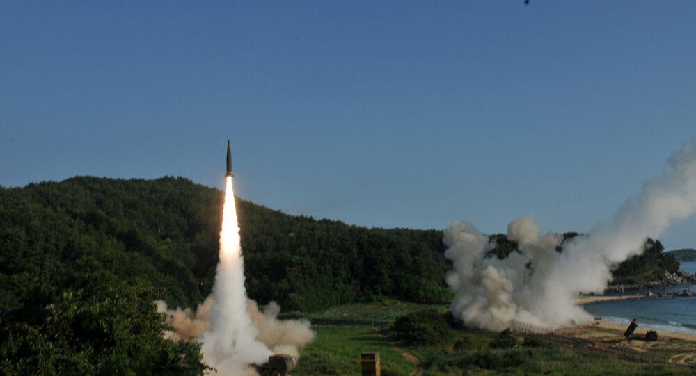 Lançamento do míssil balístico terra-terra ATACMS, nas águas do mar do Leste, na costa da Coreia do Sul, em 5 de julho de 2017
