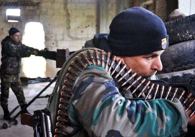 Forças governamentais sírias tomando posição na área entre Talbiseh e Rastan no norte de Homs