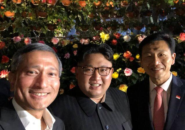Ministro de Relações Exteriores de Cingapura, Vivian Balakrishnan (à esquerda), tira selfie com o líder norte-coreano Kim Jong-un e foto viraliza nas redes sociais. Kim está em Cingapura para um encontro com o presidente dos EUA Donald Trump.