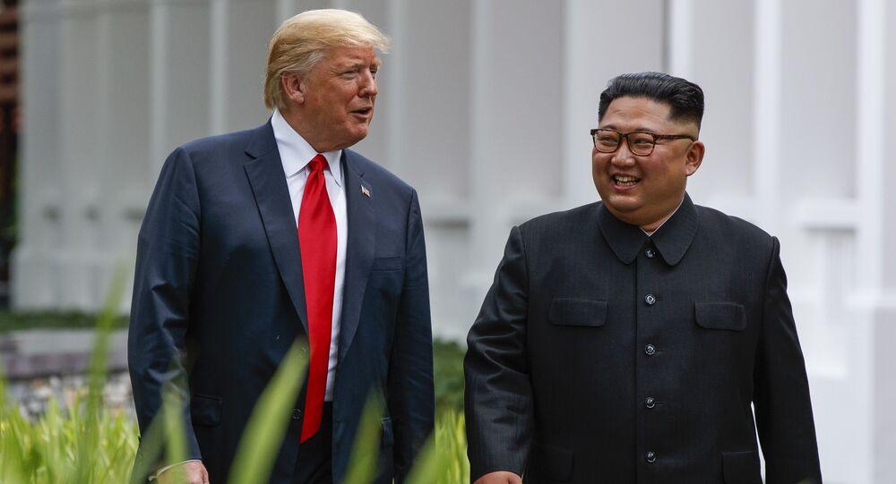 Presidente dos EUA, Donald Trump, e o líder norte-coreano, Kim Jong-un, passeiam após um almoço de negócios no âmbito da cúpula em 12 de junho de 2018, em Singapura