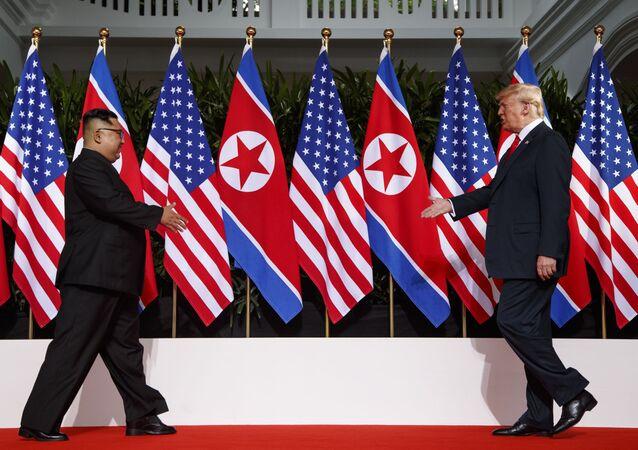 Líder norte-coreano, Kim Jong-un, e o presidente estadunidense, Donald Trump, prontos para se encontrar pela primeira vez durante a cúpula histórica em Singapura, em 12 de junho de 2018