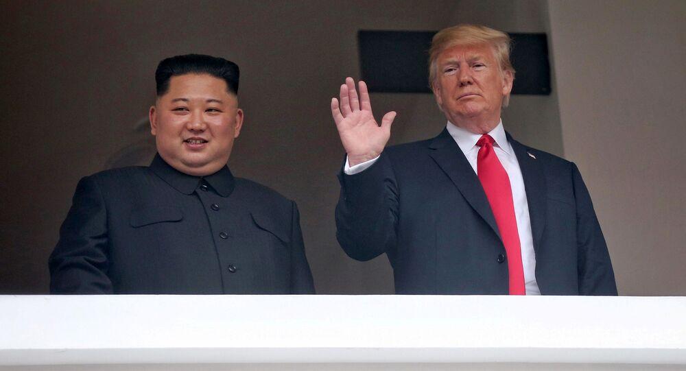 Líder norte-coreano, Kim Jong-un, e o presidente estadunidense, Donald Trump, saúdam os repórteres durante a cúpula histórica em Singapura, em 12 de junho de 2018