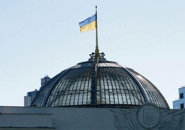 Bandeira ucraniana no telhado da Suprema Rada, em Kiev