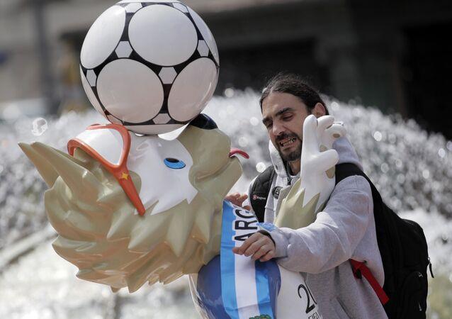 Fã argentino põe cachecol na mascote da Copa 2018, o lobo Zabivaka, em Moscou