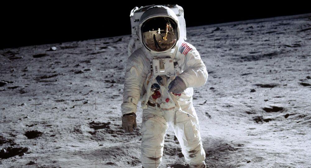 O astronauta Aldrin anda sobre a superfície da lua durante a missão Apollo 11