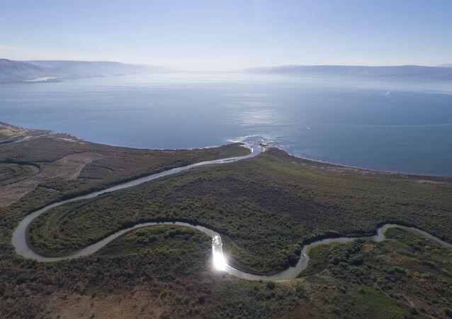 Vista aérea mostra o estuário do rio Jordão, no mar da Galileia, próximo ao assentamento comunitário de Karkom, norte de Israel (Arquivo)
