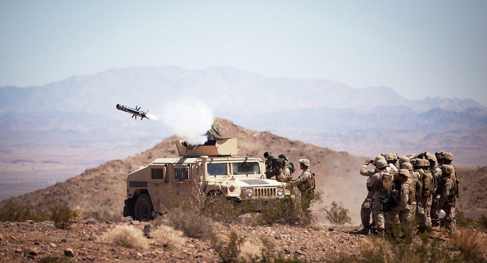 Soldados disparam o sistema de mísseis TOW.