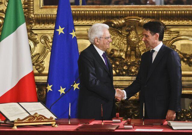 Presidente italiano Sergio Mattarelala cumprimenta primeiro-ministro Giuseppe Conte