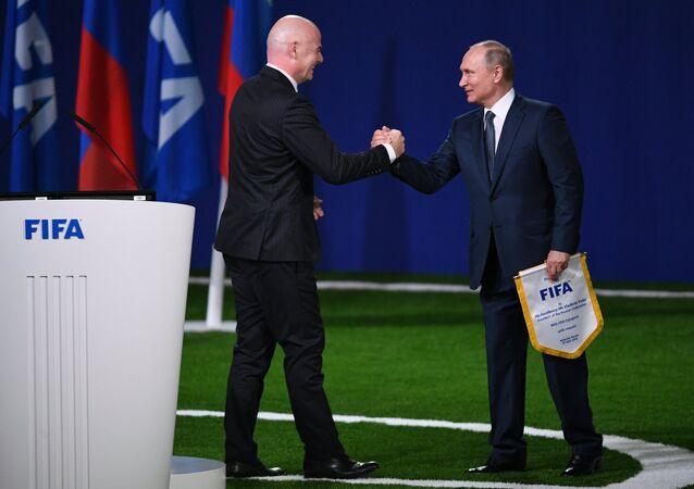 Presidente russo, Vladimir Putin, e o presidente da FIFA, Gianni Infantino, durante o 68º congresso da Federação Internacional de Futebol, 13 de junho