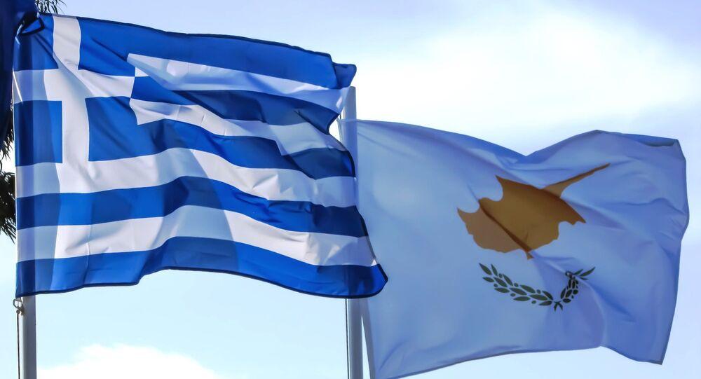 Bandeiras da Grécia e do Chipre.