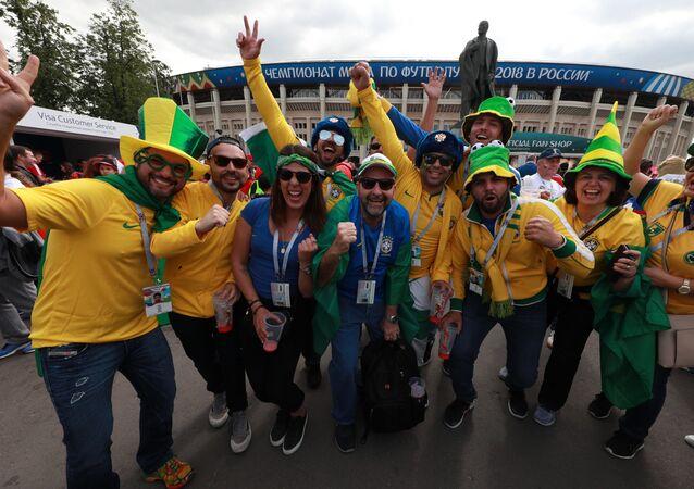 Torcedores brasileiros perto do estádio Luzhniki em Moscou, antes do jogo entre as Seleções Russa e Saudita
