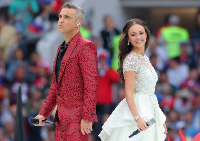 Aida Garifullina e Robbie Williams durante a cerimônia de abertura da Copa 2018 na Rússia, no estádio Luzhniki em Moscou, 14 de junho de 2018