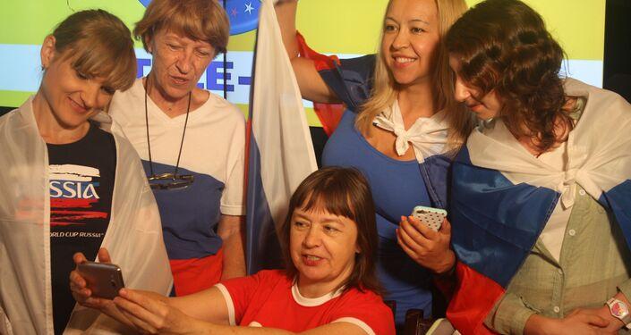 Antes da bola rolar, torcedoras russas aproveitam para registrar o encontro para as redes sociais.
