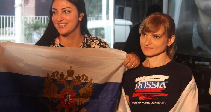 Torcedoras à espera da partida entre Rússia e Arábia Saudita.