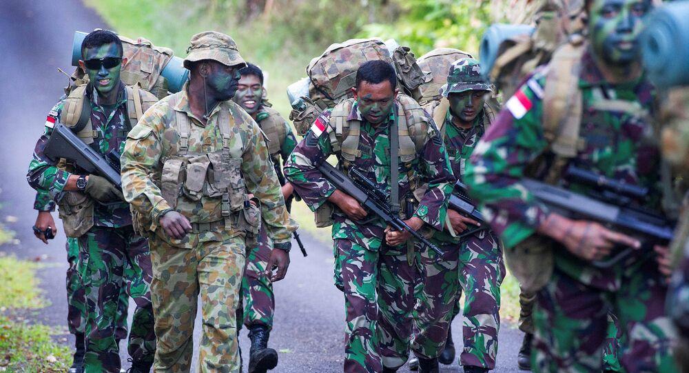 Sargento treinando soldados da Força de Defesa da Austrália