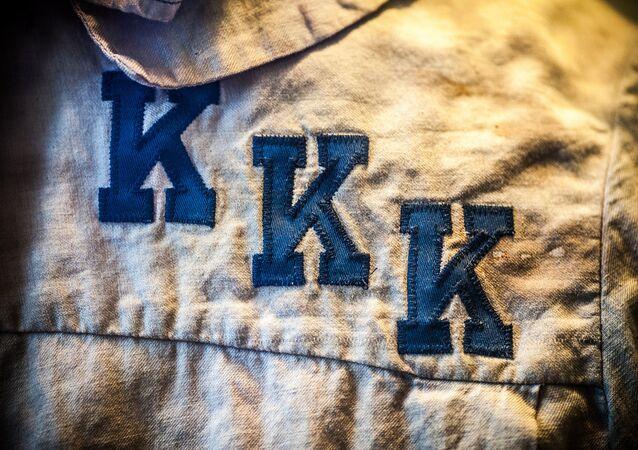 Logo em traje da KKK
