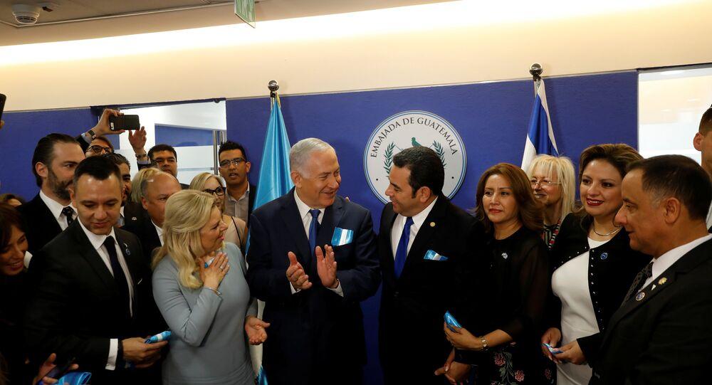 O presidente guatemalteco Jimmy Morales, sua esposa Hilda Patricia Marroquin, o primeiro-ministro israelense Benjamin Netanyahu e sua esposa Sara, e a ministra das Relações Exteriores da Guatemala, Sandra Jovel Polanco, participam da cerimônia de dedicação da embaixada da Guatemala em Jerusalém.