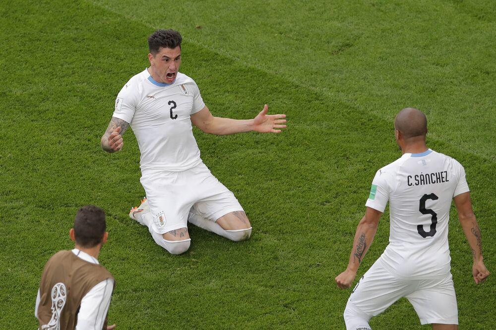 O zagueiro José Giménez comemora seu gol contra o Egito.