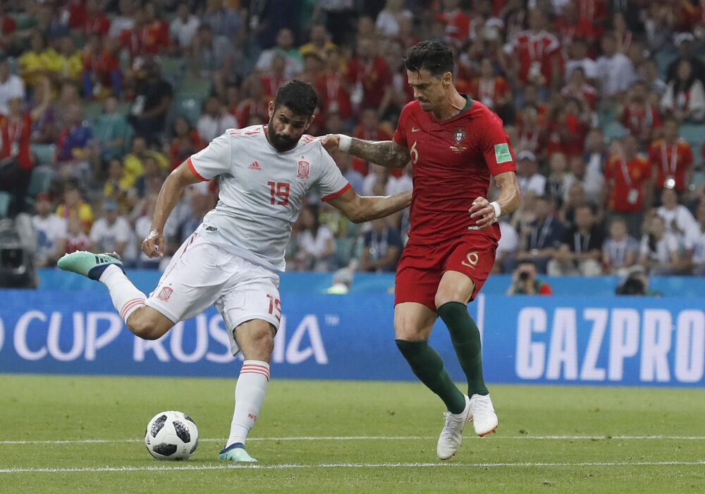Diego Costa chuta para fazer seu primeiro gol.