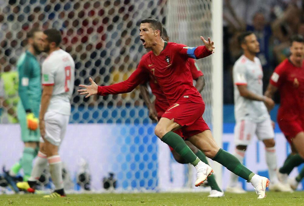 Cristiano Ronaldo celebra seu terceiro e decisivo gol.
