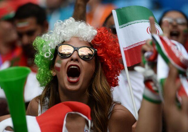 Torcedora apoiando a Seleção Iraniana durante a partida com Marrocos.