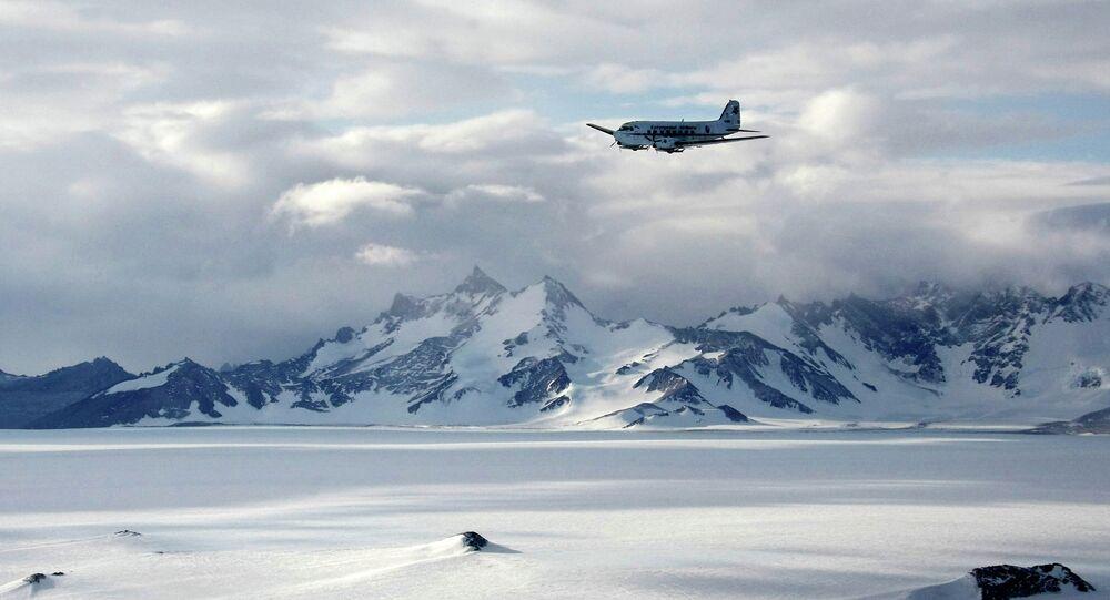 Cordilheira perto da base russa Novolazarevskaya na Antártida (foto de arquivo)