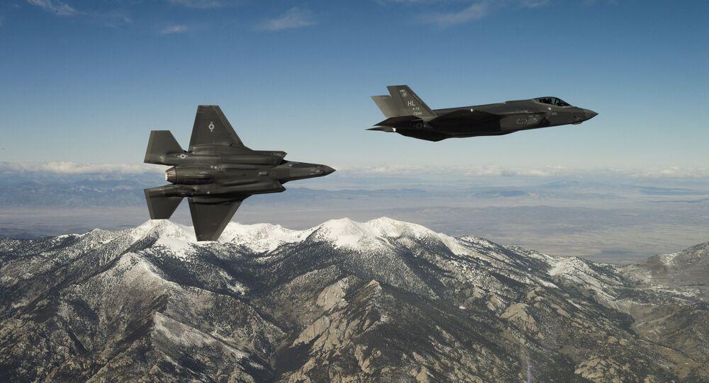 Caças norte-americanos F-35A Lightning II durante voo de treinamento