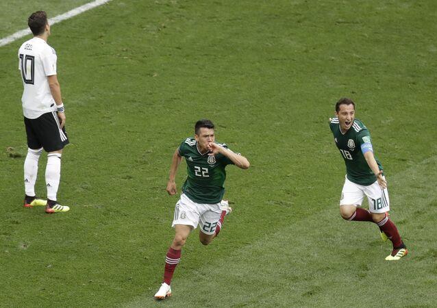Jogadores mexicanos comemoram gol em jogo contra a Alemanha na Copa do Mundo da Rússia.