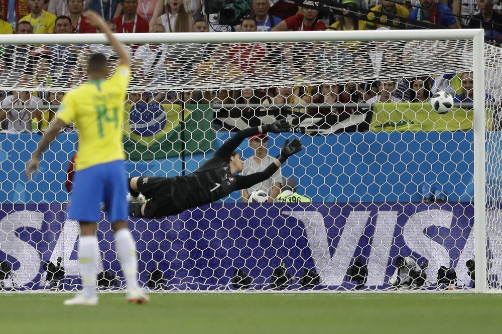 Goleiro suíço, Yann Sommer, se estica mas não consegue evitar gol de Phillipe Coutinho, da seleção brasileira, que abriru o placr em partida contra a Suíça.