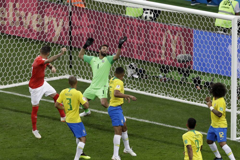 Camisa 14 da Suíça, Zuber sobe na área sobe na área e empata de cabeça o jogo contra o Brasil, na estreia das seleções na Copa de 2018, na Rússia.