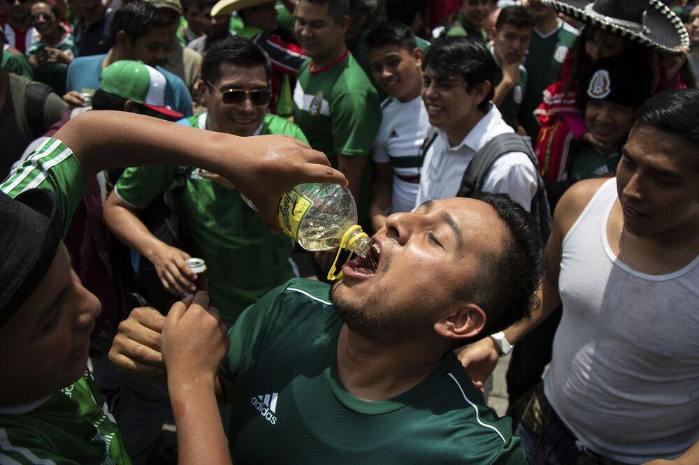Torcedor mexicano comemora vitória do México sobre a Alemanha. A foto foi tirada em uma festa na Cidade do México, em que mihares de pessoas de reuniram para assistir a partida da Copa do Mundo.