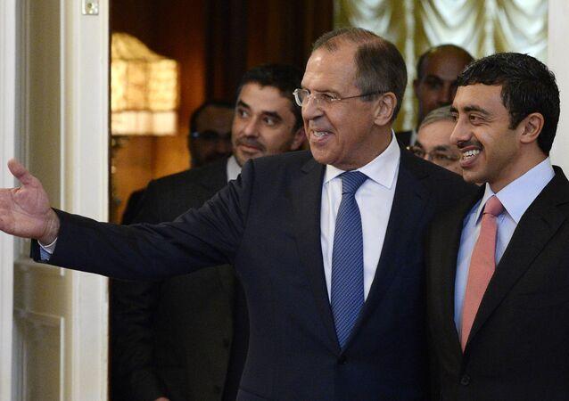 O ministro das Relações Exteriores da Rússia, Sergei Lavrov, mostra o caminho para o chanceler dos Emirados Árabes, Abdullah Bin Zayed Al Nahyan, durante encontro em Moscou nesta quinta-feira (28)