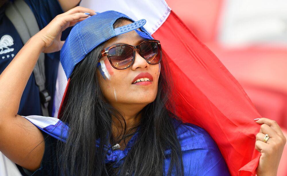 Garota torcendo pela França na partida contra a Austrália.