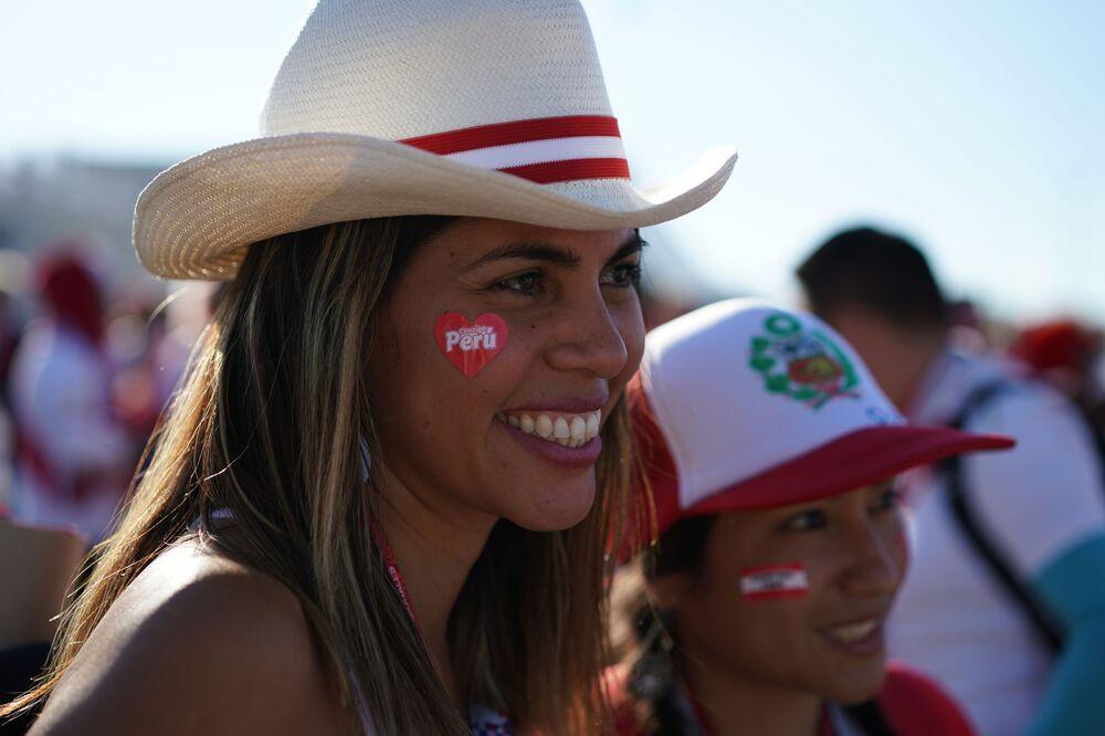 Torcida peruana esperando o jogo entre Peru e Dinamarca.