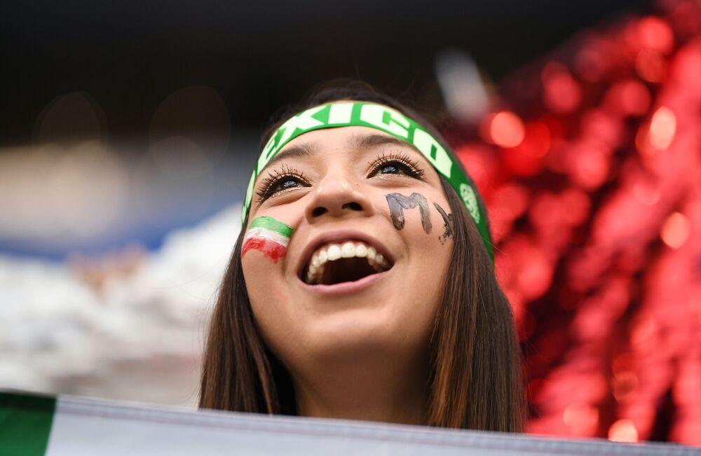 Mexicana acompanhando partida de sua Seleção contra a atual campeã do mundo, Alemanha, em Moscou.